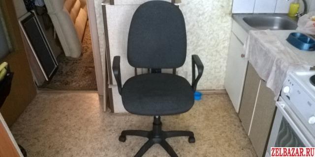 Офисное кресло на колесах